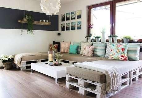 8- A decoração de sala simples e barata tem paletes como base do sofá Fonte: Recicle e decorar