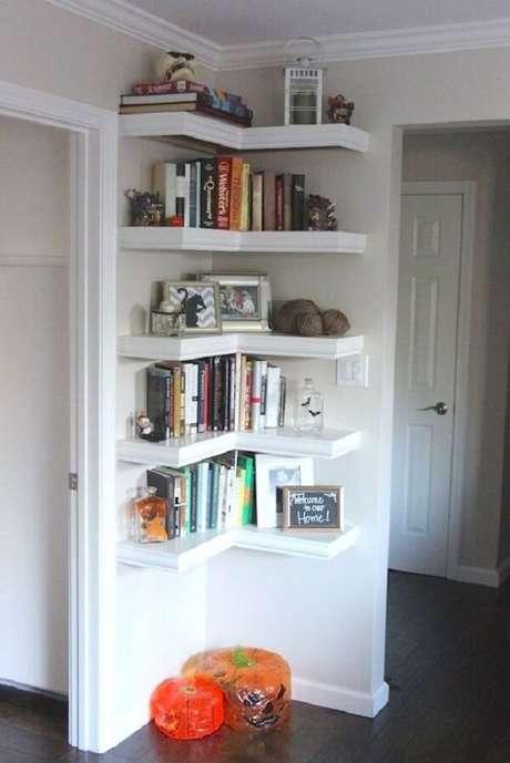 46- Na decoração de sala simples e barata a estante de madeira de canto tem formato em L. Fonte: Metromax