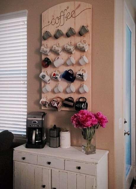 56- Na decoração de casa simples e barata, o cantinho do café tem tabua com coleção de canecas. Fonte: Reciclar e Decorar