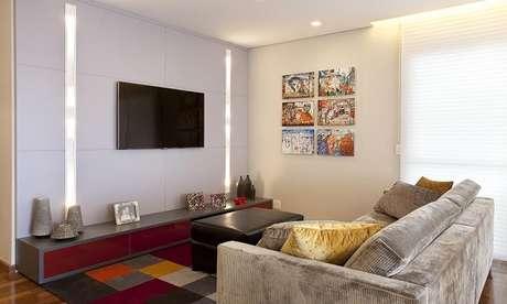 66- Na decoração de sala simples e barata, o tapete colorido valoriza os estofados em cores neutras. Fonte: Adriana Fontana