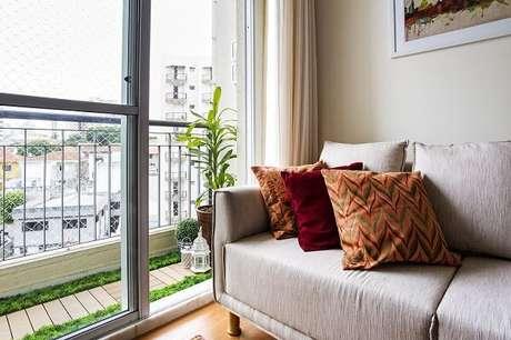 65- Na decoração de sala simples e barata, as almofadas estampadas e coloridas valorizam o ambiente. Fonte: Luciane Mota