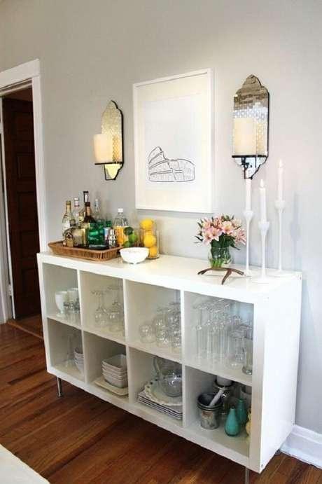 13- Na decoração de sala simples e barata, o barzinho da sala é feito com estante baixa com nichos. Fonte: Vivendo com Charme