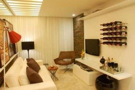 15- A decoração de sala simples e barata tem adega na parede. Fonte: Casa e festa