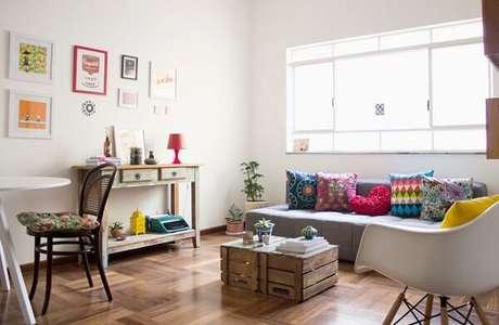 16- Na decoração de sala simples e barata, o móvel reciclado e os caixotes complementam o visual moderno do cômodo. Fonte: Apezinho