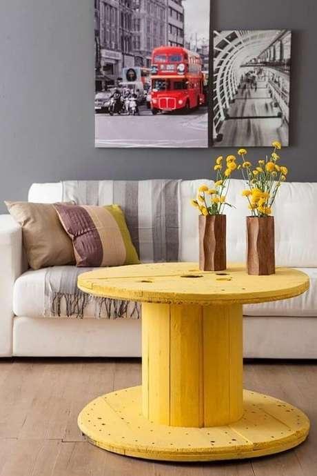 17- Na decoração de sala simples e barata, o carretel pintado na cor amarela leva charme ao ambiente. Fonte: Casa e Festa