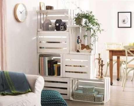 22- Na decoração de sala simples e barata, os caixotes tem a função de divisória. Fonte: Presente Shopping