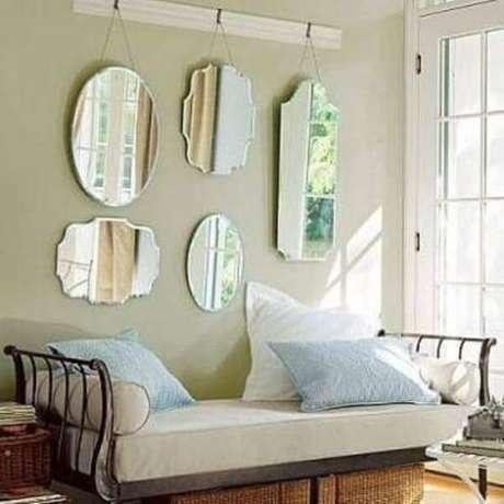 23- A decoração de sala simples e barata conta com espelhos em estilo clássico pendurados na parede atrás do sofá. Fonte: Decoração de Casa