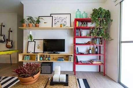 25- Na decoração de sala simples e barata, a estante vermelha de metal é um dos principais destaques do ambiente. Fonte: Web Comunica