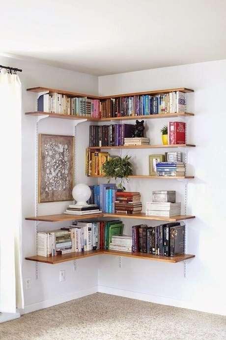 26- Na decoração de sala simples e barata, o canto tem estante com trilhos como biblioteca. Fonte: Pinterest