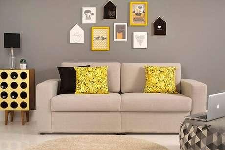 2- Na decoração de sala simples e barata, os quadros e as almofadas são da mesma cor. Fonte: Meu Móvel de Madeira