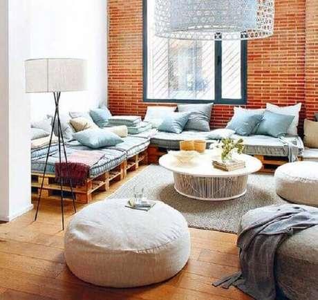 28- Na decoração de casa simples e barata, o sofá da sala tem futon e almofadas no mesmo tom. Fonte: Ajansyapim