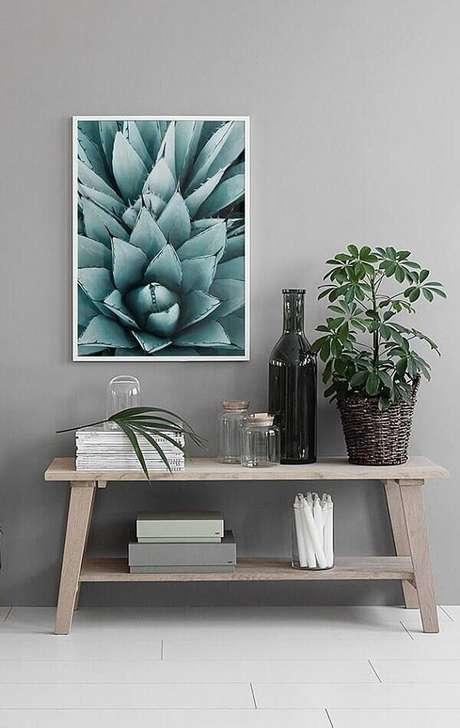 30- Na decoração de sala simples e barata, a mesa baixa em madeira natural compõe o ambiente. Fonte: Pinterest