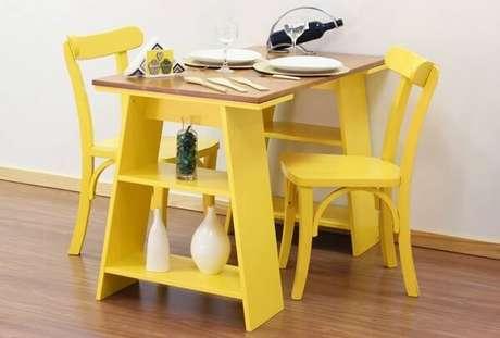 32- A decoração de sala simples e barata tem mesa com cavaletes e cadeiras amarelas. Fonte: Pinterest