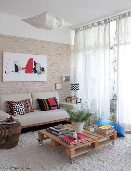 33- Na decoração de sala simples e barata, a parede tem tijolinhos aparentes. Fonte: Histórias de Casa