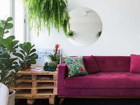 34- A decoração de sala simples e barata tem paletes empilhados para formar uma mesa lateral. Fonte: Tua Casa