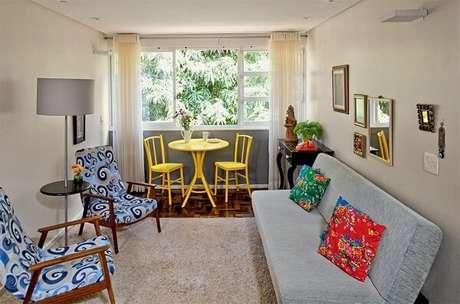 36- A decoração de sala simples e barata pode ser realizada com móveis reformados. Fonte: Transforme Sua Casa