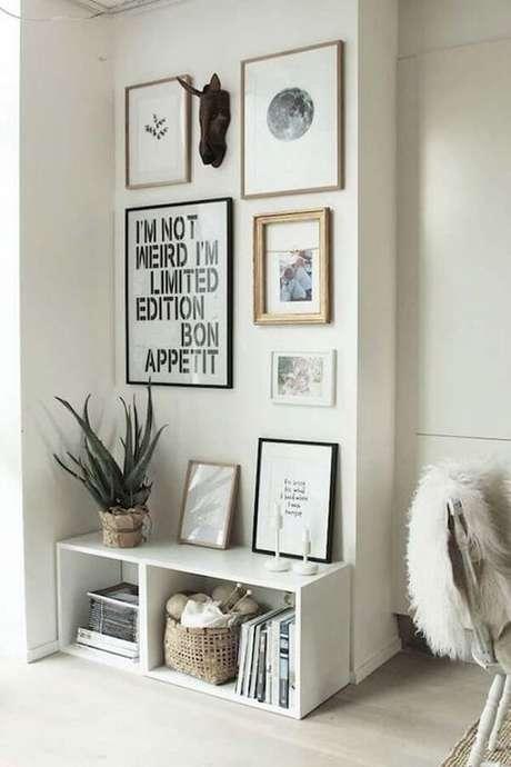 37- A decoração de sala simples e barata tem na sala nicho e quadros Fonte: Casa e Festa