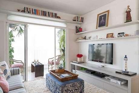 38- Na decoração de sala simples e barata, as prateleiras otimizam o espaço. Fonte: Elare