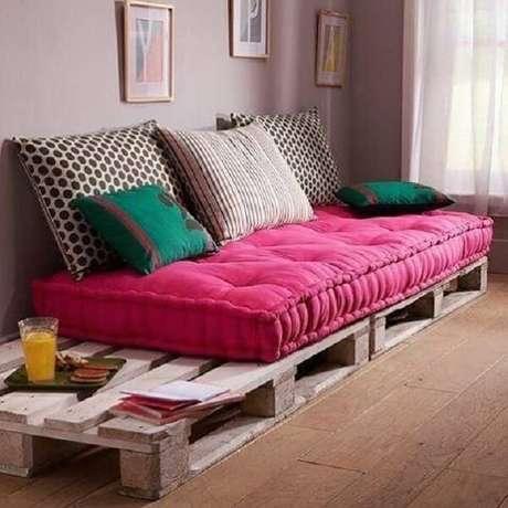 9- Na decoração de sala simples e barata o sofá é feito com paletes e futon. Fonte: Dcore Você