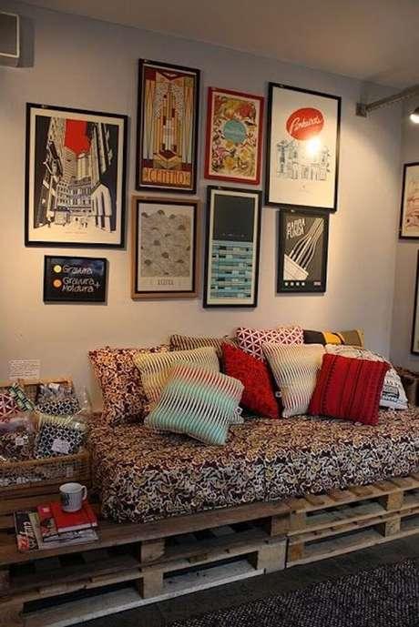 57- Na decoração de sala simples e barata os paletes são usados como base do sofá e mesa lateral. Fonte: Casa e festa