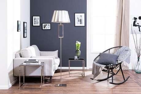 6- Na decoração de sala simples e barata, a parede foi pintada na cor cinza. Fonte: Westwing