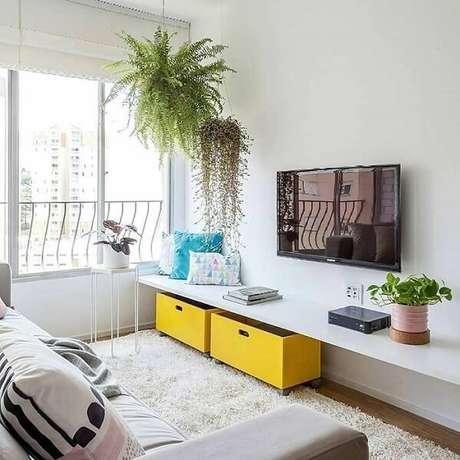 7- Na decoração de sala simples e barata, as caixas amarelas foram colocadas abaixo da prateleira. Fonte: Pinterest