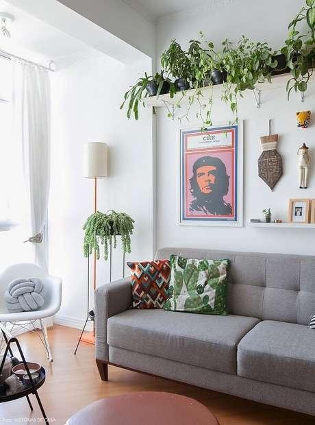 40- A decoração de sala simples e barata tem prateleira com plantas. Fonte: Histórias de Casa