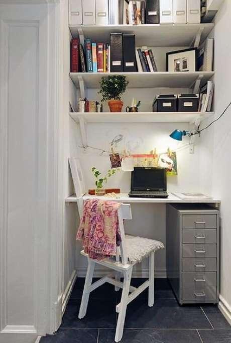 42- Na decoração de sala simples e barata, o home office foi colocado no canto do ambiente. Fonte: Pinterest