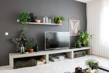 43- Na decoração de sala simples e barata, a parede escura contrasta com os móveis claros. Fonte: Salve a Noiva