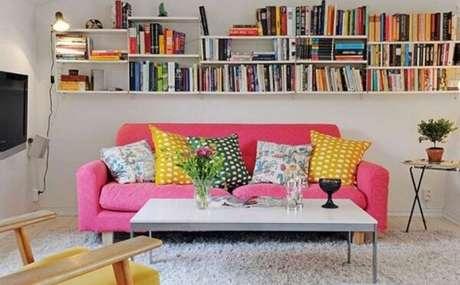 44- Na decoração de casa simples e barata as prateleiras organizam os livros. Fonte: Reciclar e Decorar