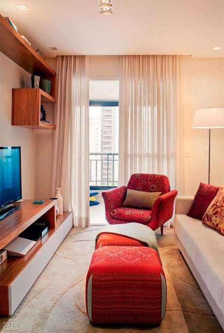 48- A decoração de sala simples e barata pequena conta dois puffs na cor vermelha. Fonte: Sixth Sense