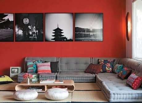 58- Na decoração de sala simples e barata em estilo oriental conta com futons cinza, paredes vermelhas e tapete com esteiras. Fonte: Pinterest