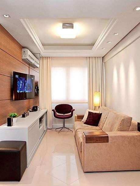 4- A decoração de sala simples e barata é realçada pela cadeira na cor vinho. Fonte: Pinterest