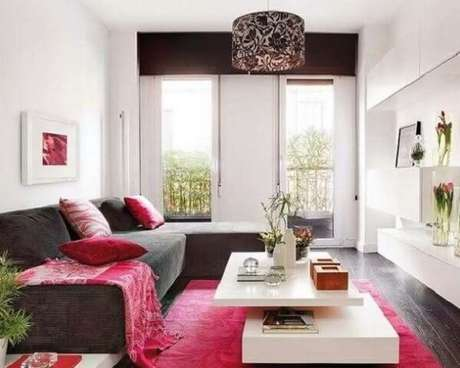 18- Na decoração de sala simples e barata, o sofá marrom contrasta com as almofadas, xale e tapete vermelho. Fonte: Asset Project