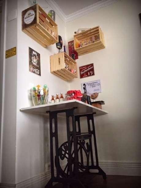 50- Na decoração de sala simples e barata, a mesa do barzinho tem base de maquina de costura antiga. Fonte: Doce Obra