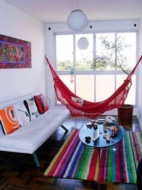 51- Na decoração de sala simples e barata conta com rede vermelha. Fonte: Estilo Próprio Bysir