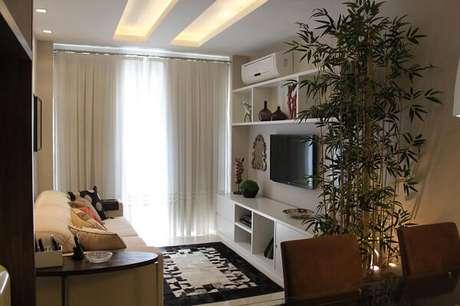63- As estantes são uma ótima opção para decoração de sala simples e barata. Fonte: Paula Muller