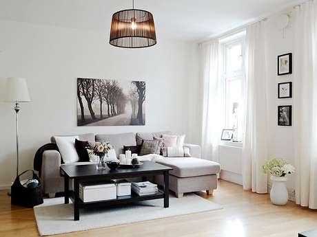 5- Na decoração de sala simples e barata as cores predominantes são o branco e preto. Fonte: Decoração Quarto