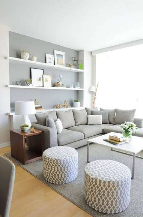 53- Na decoração de sala simples e barata, os móveis e objetos tem as cores cinza e branco. Fonte: Pinterest