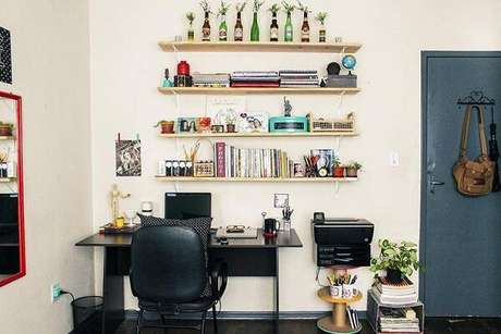 55- Na decoração de sala simples e barata, os carretéis empilhados servem de mesa para impressora Fonte: Portal do Arquiteto