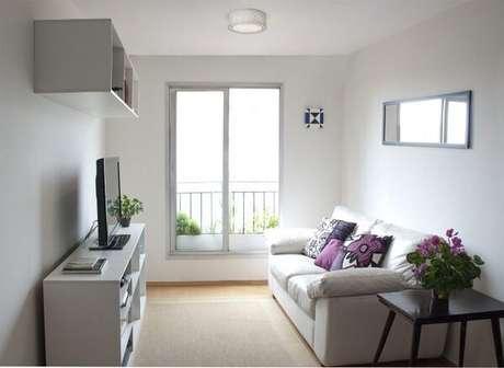 59- Na decoração de sala simples e barata em estilo clean tem almofadas coloridas para destacar o ambiente. Fonte: Pinterest