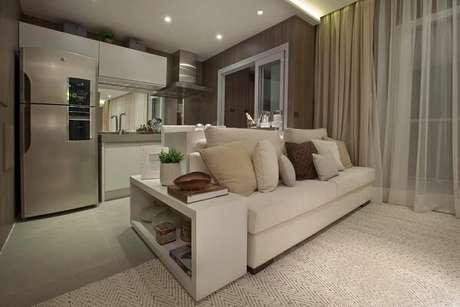 61- Na decoração de sala simples e barata, a mesa lateral é um nicho estreito com divisória interna. Fonte: Carlos Rossi