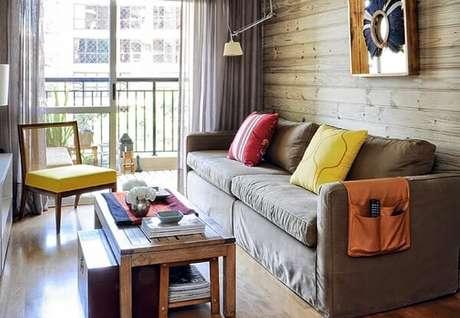 21- Na decoração de sala simples e barata , o estofado da cadeira combina com a almofada. Fonte: Sixth Sense