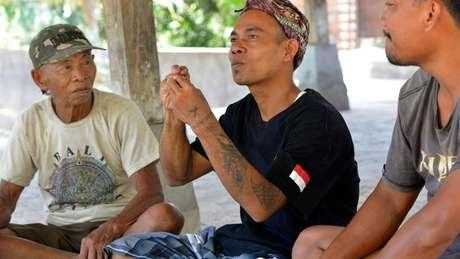 """Getar (à esquerda) e outros habitantes de aldeia onde a Kata Kolok, que significa """"conversa surda"""", em indonésio, facilita a comunicação"""