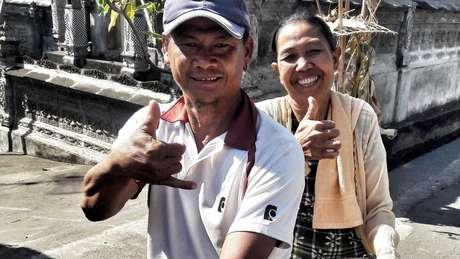 Muitos residentes ouvintes de Bengkala aprenderam a usar os sinais para se comunicar com a família e amigos kolok