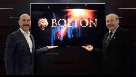 Roberto Diomedi, do Bolton Holding Group, e José Carlos Peres, presidente do Santos celebram acordo