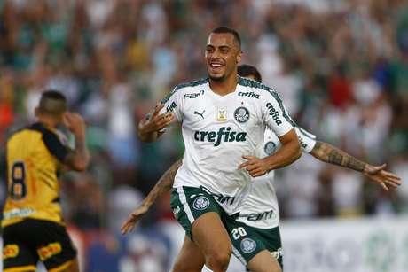 Arthur Cabral, jogador do Palmeiras, comemora seu gol durante a primeira partida contra o Novorizontino