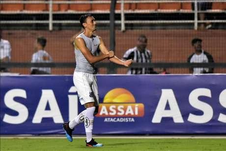 Volante comemora segundo gol do Santos pelas quartas do Paulista (Foto: Eduardo Carmim/Photo Premium)
