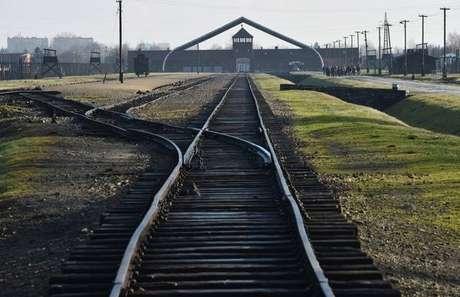 Trilhos de trem no campo de extermínio de Auschwitz, na Polônia