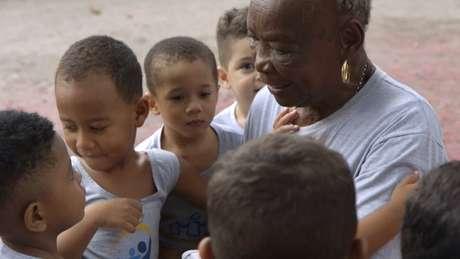 Há 29 anos, o centro atende gratuitamente cerca de 60 idosos e 200 crianças - a maioria mora na Cidade de Deus